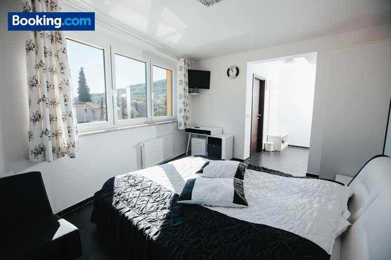 Soba Deluxe z zakonsko posteljo gril ranca